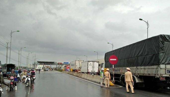 Dân vây trạm BOT Tasco Quảng Bình đòi miễn phí, Quốc lộ 1 ách tắc - Ảnh 4.