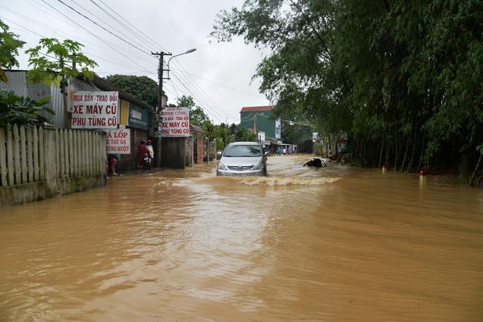 Miền Trung: Nhiều nơi còn ngập chìm trong nước, cô lập - Ảnh 21.