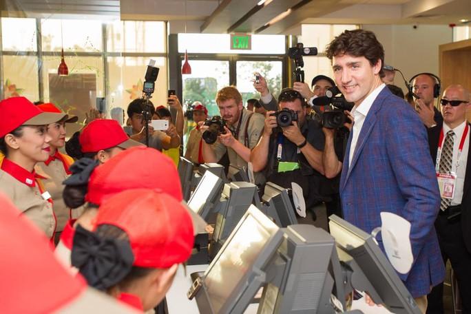 Philippines: Thủ tướng Canada gây náo loạn khi mua gà rán - Ảnh 2.