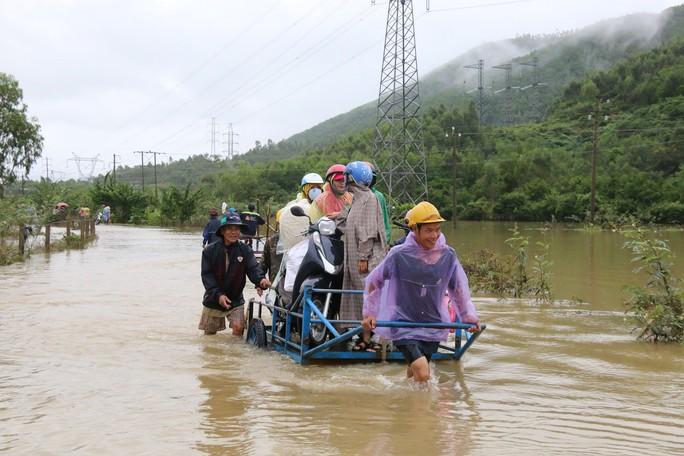 Người dân Quảng Nam dùng xe bò chở xe máy vượt lũ - Ảnh 8.
