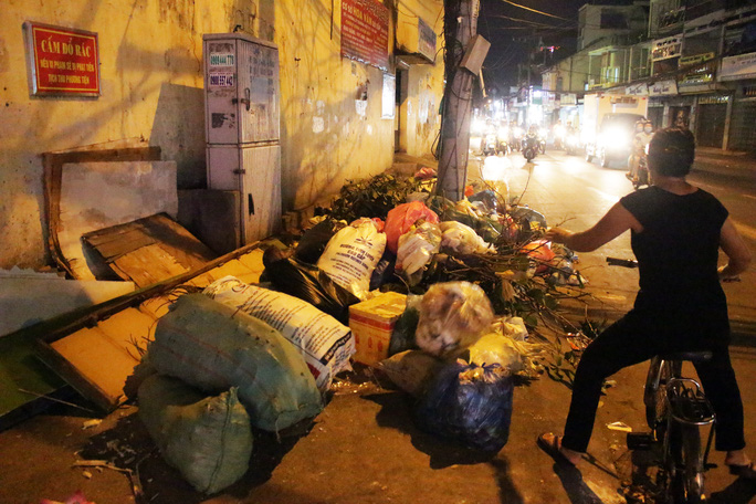 Một người phụ nữ vứt rác bừa bãi trên đường Nguyễn Văn Nghi (quận Gò Vấp, TP HCM) bất chấp biển cấm và ống kính phóng viên ngay bên cạnh.