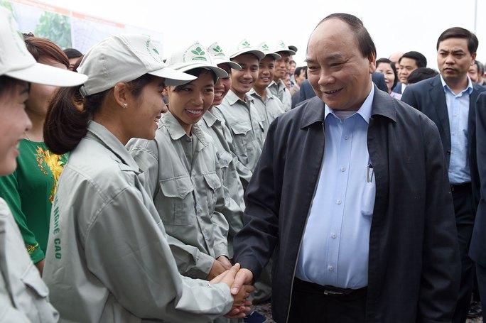 Thủ tướng Nguyễn Xuân Phúc trong chuyến thăm dự án sản xuất nông nghiệp công nghệ cao tại tỉnh Hà Nam vào ngày 2-2 Ảnh: QUANG HIẾU