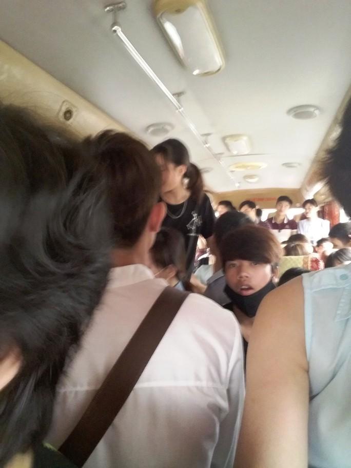 Một chuyến xe Mỹ Đình - Thái Nguyên nhồi nhét khách trong dịp Tết 2016 được hành khách cung cấp cho lãnh đạo Bến xe Mỹ Đình để xử lýẢnh: HOÀNG MAI