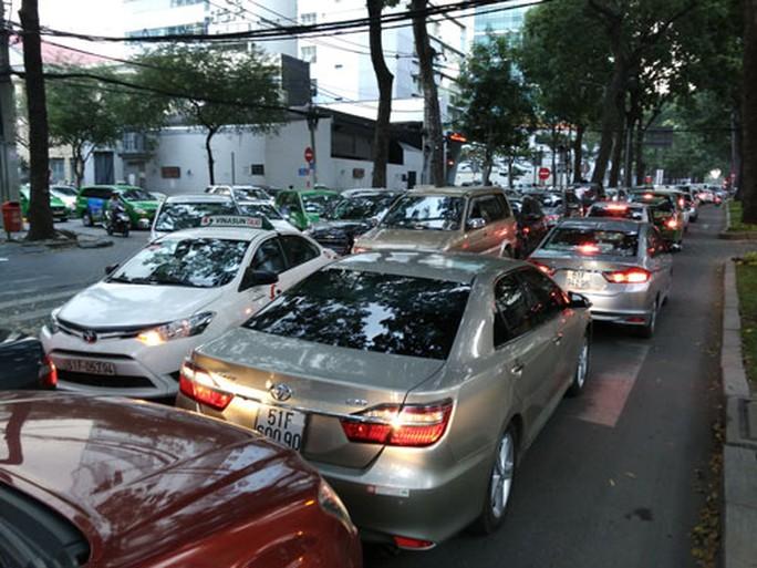 Mật độ taxi lưu thông dày đặc xung quanh khu vực sân bay Tân Sơn Nhất (quận Tân Bình, TP HCM) Ảnh: Gia Minh