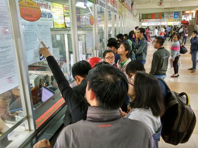 Hành khách mua vé xe tại Bến xe Miền Đông ngày 6-1 Ảnh: GIA MINH