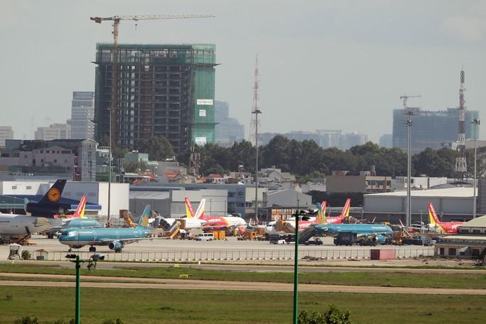 Chỗ đậu máy bay tại sân bay Tân Sơn Nhất thường trong tình trạng quá tải Ảnh: HOÀNG TRIỀU