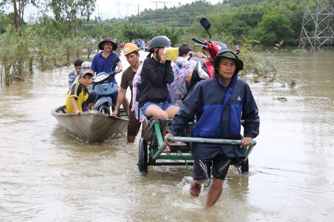 Mưa lũ gây ngập nhiều vùng ở Quảng Nam, Thừa Thiên - Huế - Ảnh 1.