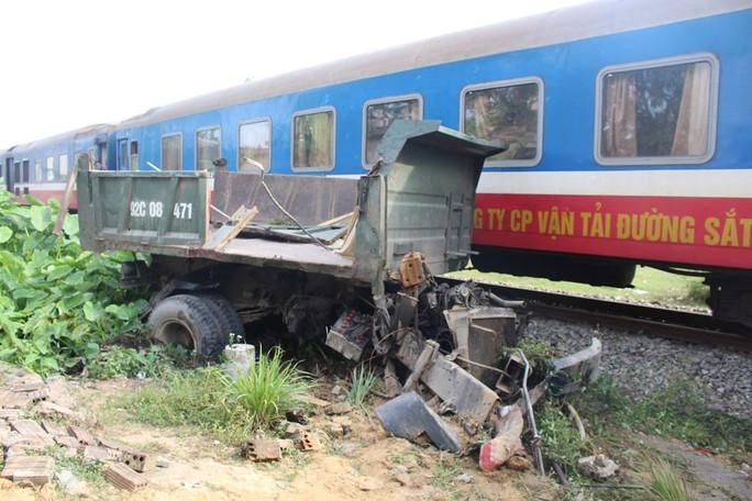 Xe tải biến dạng sau khi bị tàu hỏa tông Ảnh: CHI MAI