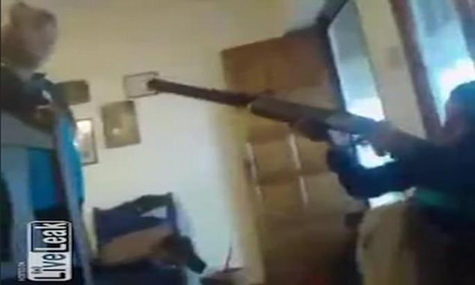 Nghịch súng săn, bé trai 13 tuổi bắn chết bạn khi đang live - Ảnh 1.
