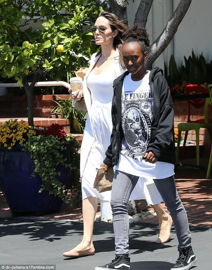 Pax Thiên tháo vát hộ tống Angelina Jolie - Ảnh 6.
