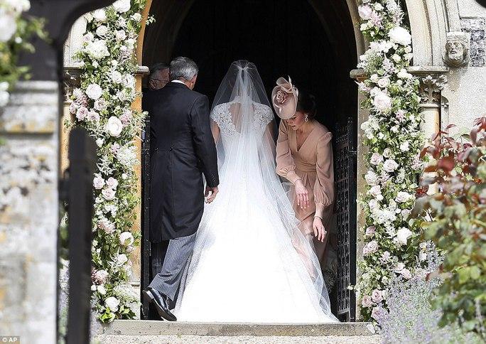 Cận cảnh đám cưới lộng lẫy của em gái công nương Kate - Ảnh 9.