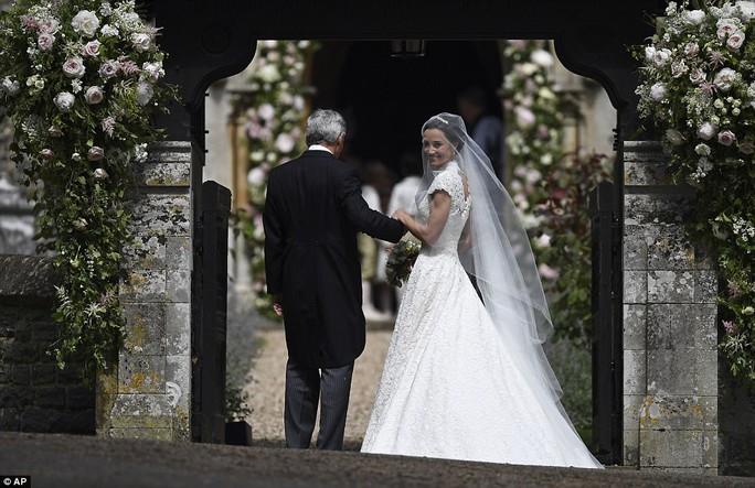 Cận cảnh đám cưới lộng lẫy của em gái công nương Kate - Ảnh 8.