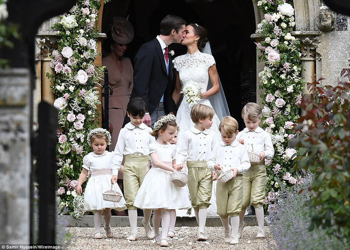 Cận cảnh đám cưới lộng lẫy của em gái công nương Kate - Ảnh 17.