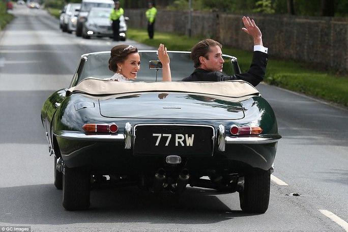 Cận cảnh đám cưới lộng lẫy của em gái công nương Kate - Ảnh 3.