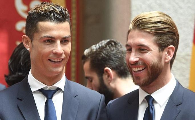 Ronaldo vui vẻ với bạn gái dù sắp ra tòa - Ảnh 2.