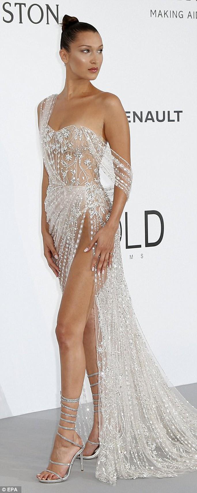 Siêu mẫu Bella Hadid mặc như không trên thảm đỏ - Ảnh 4.