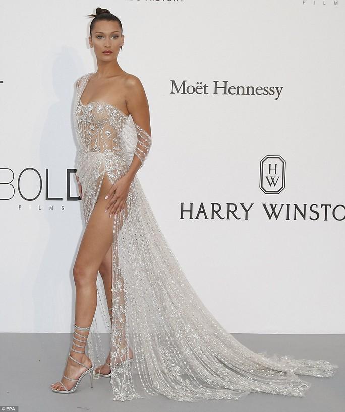Siêu mẫu Bella Hadid mặc như không trên thảm đỏ - Ảnh 2.