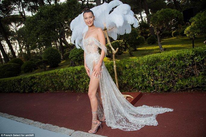 Siêu mẫu Bella Hadid mặc như không trên thảm đỏ - Ảnh 1.