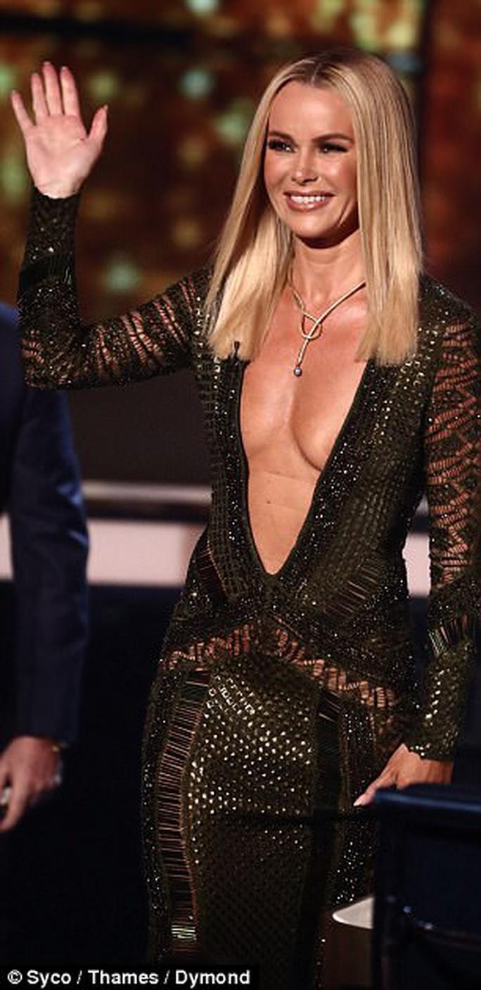Amanda Holden bị chỉ trích dữ dội vì mặc hở - Ảnh 1.