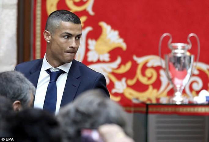 Ronaldo xuống tóc rước cúp cùng Real Madrid - Ảnh 8.