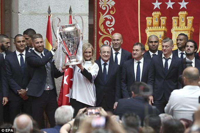 Ronaldo xuống tóc rước cúp cùng Real Madrid - Ảnh 7.