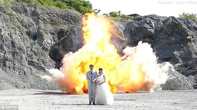 Nhật: Liều lĩnh chụp ảnh trên nền một vụ nổ - Ảnh 3.