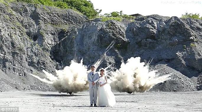 Nhật: Liều lĩnh chụp ảnh trên nền một vụ nổ - Ảnh 2.