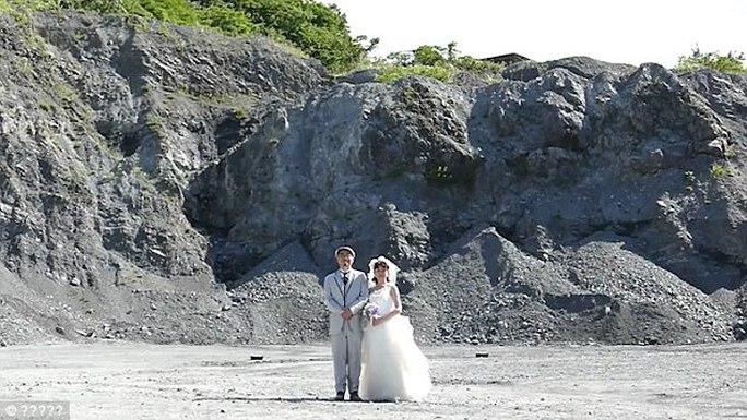 Nhật: Liều lĩnh chụp ảnh trên nền một vụ nổ - Ảnh 1.
