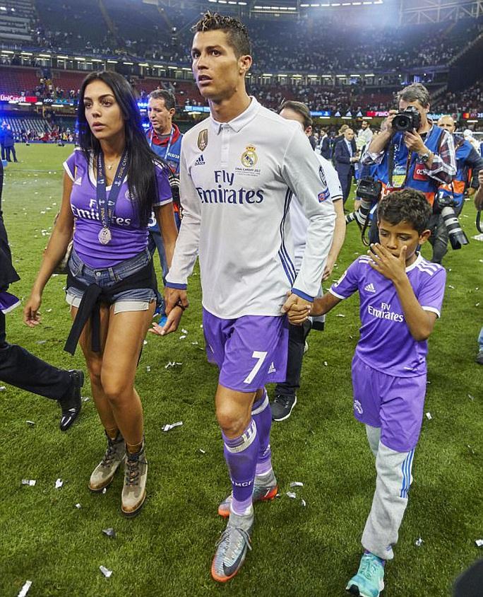 Rộ tin Ronaldo thuê người đẻ cùng lúc 2 đứa con - Ảnh 3.