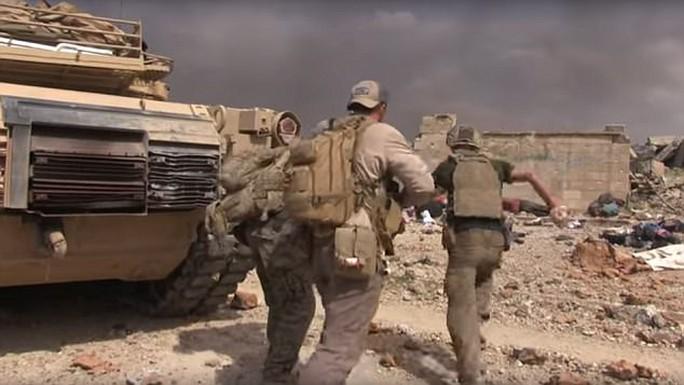 Cựu binh Mỹ liều mình cứu bé gái trong bom đạn - Ảnh 1.