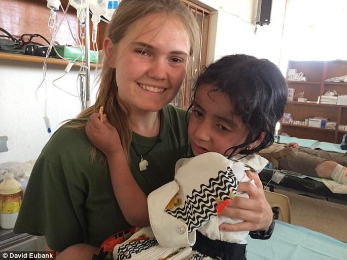 Cựu binh Mỹ liều mình cứu bé gái trong bom đạn - Ảnh 3.