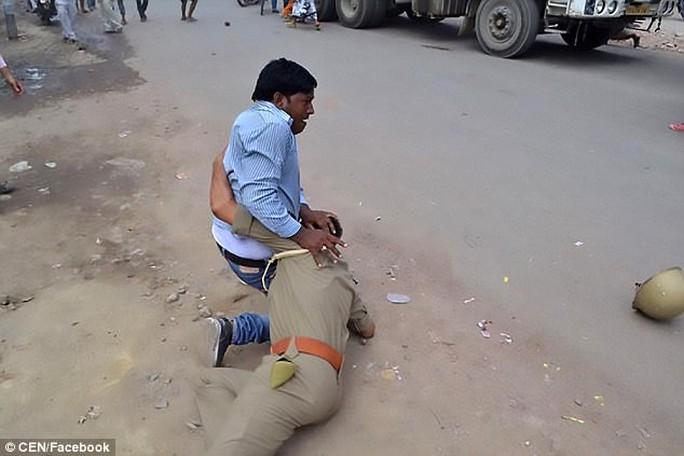 Ấn Độ: Nằm bệnh phòng chăm sóc đặc biệt vẫn bị cưỡng hiếp - Ảnh 1.
