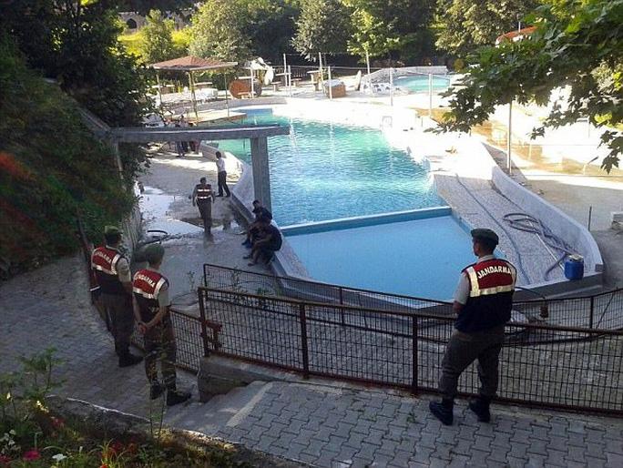 Điện giật chết 5 người trong hồ bơi của công viên nước - Ảnh 1.