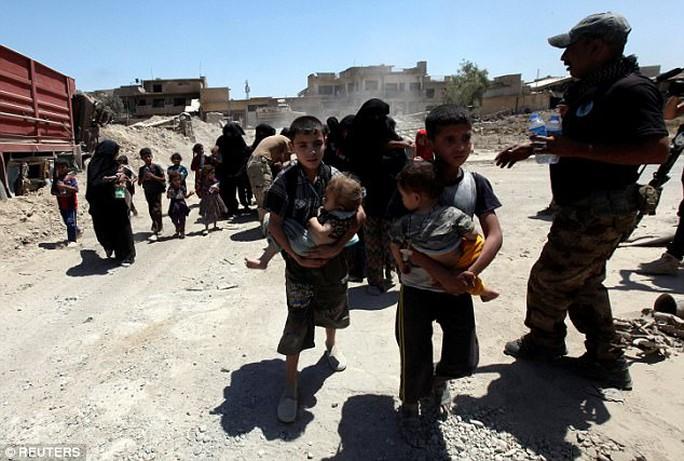 Vô tình kích nổ, tay súng IS giết chết đồng đội và chỉ huy - Ảnh 1.