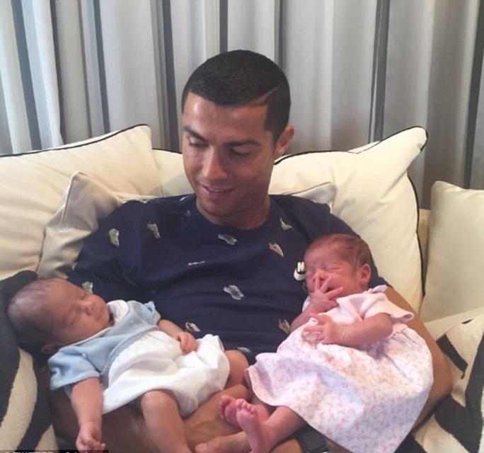 Ronaldo lần đầu khoe 2 con sinh đôi - Ảnh 1.