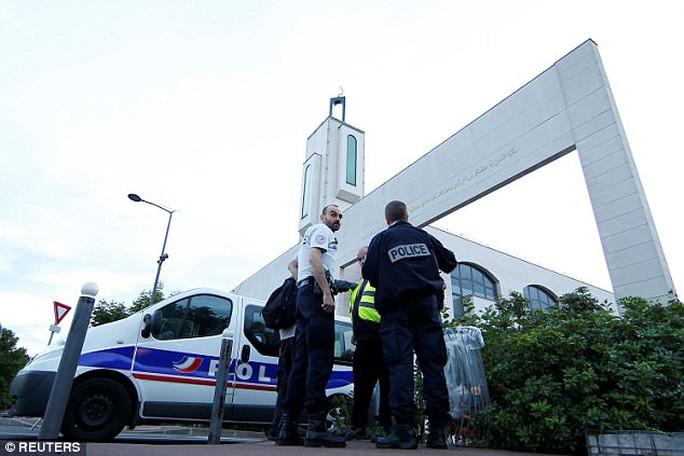 Khủng bố lao xe tại Paris, đoàn mô tô dàn hàng cứu đám đông - Ảnh 2.