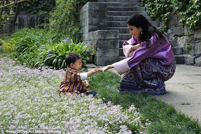 """Hóa thân thành bác sĩ, hoàng tử nhí Bhutan """"đốn tim"""" cư dân mạng - Ảnh 4."""