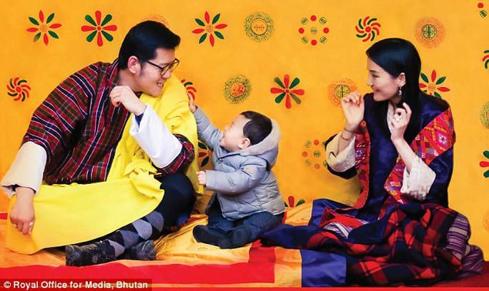 """Hóa thân thành bác sĩ, hoàng tử nhí Bhutan """"đốn tim"""" cư dân mạng - Ảnh 3."""