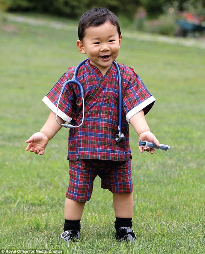 """Hóa thân thành bác sĩ, hoàng tử nhí Bhutan """"đốn tim"""" cư dân mạng - Ảnh 1."""