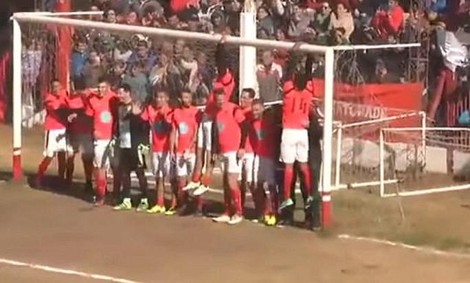 Xem Dybala sút phạt ghi bàn qua hàng rào 20 người - Ảnh 1.