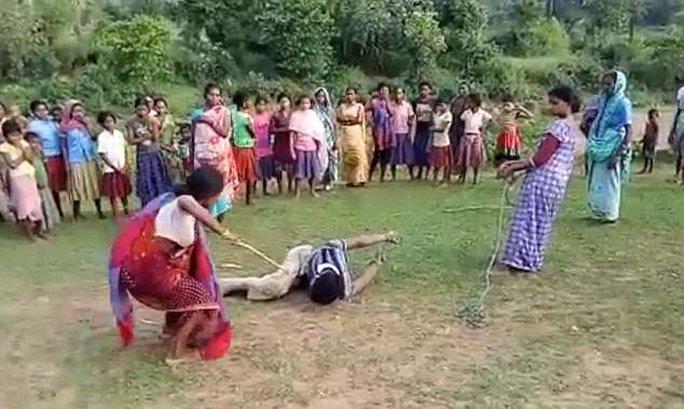 Ấn Độ: Các bà mẹ trói chặt, đánh đập nghi phạm cưỡng hiếp - Ảnh 1.