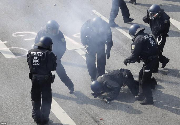 Biểu tình bạo lực phản đối G20, gần 200 cảnh sát bị thương - Ảnh 21.
