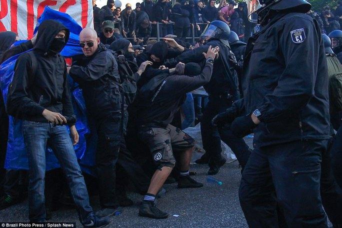 Biểu tình bạo lực phản đối G20, gần 200 cảnh sát bị thương - Ảnh 20.