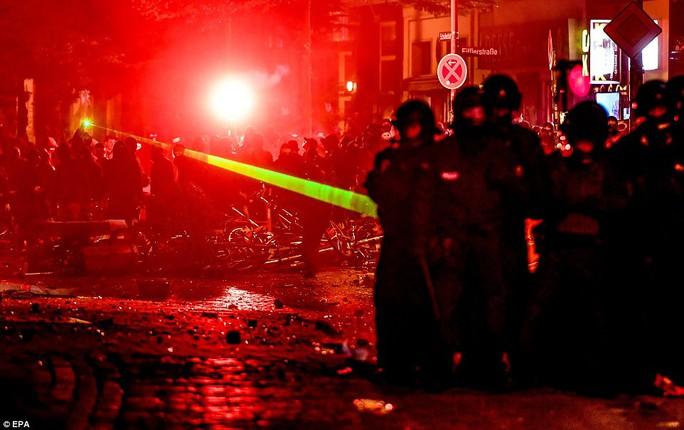 Biểu tình bạo lực phản đối G20, gần 200 cảnh sát bị thương - Ảnh 1.