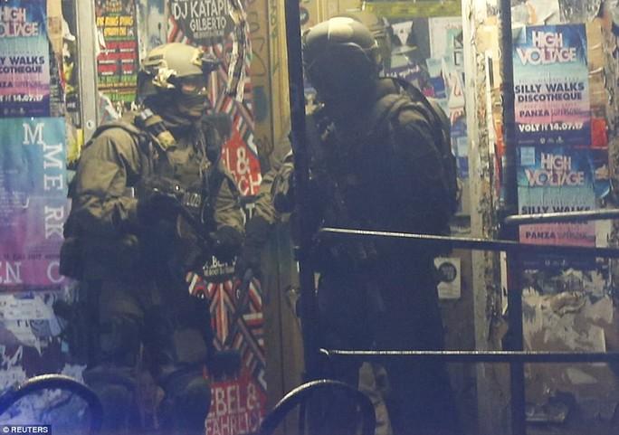 Biểu tình bạo lực phản đối G20, gần 200 cảnh sát bị thương - Ảnh 4.
