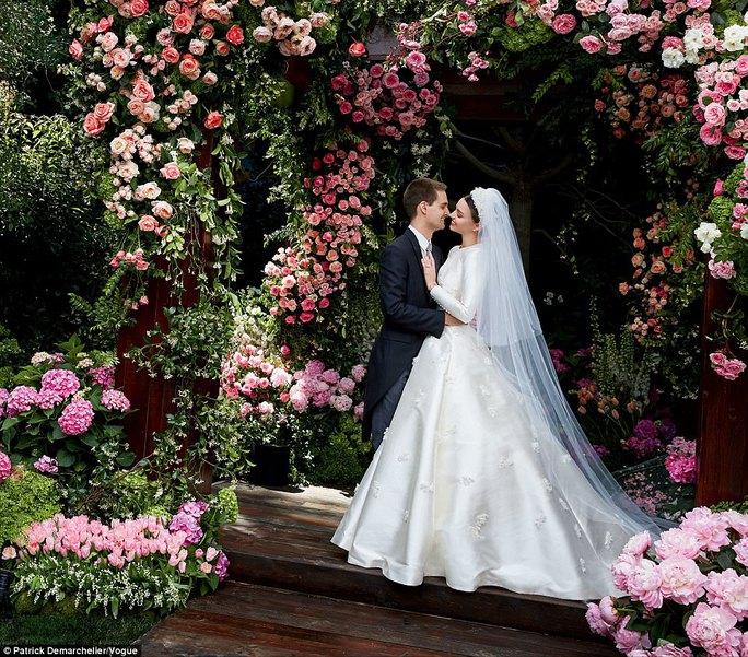 Miranda Kerr lộng lẫy với áo cưới Dior - Ảnh 1.