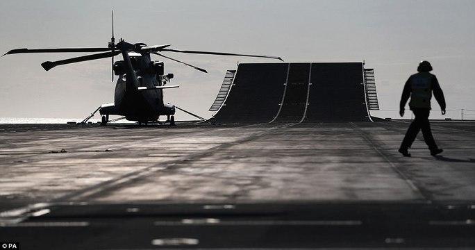 Cận cảnh chiến hạm lớn nhất của Hải quân Anh - Ảnh 9.