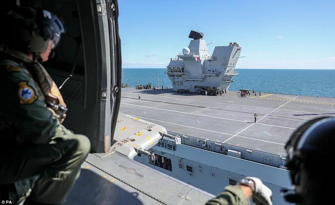 Cận cảnh chiến hạm lớn nhất của Hải quân Anh - Ảnh 8.