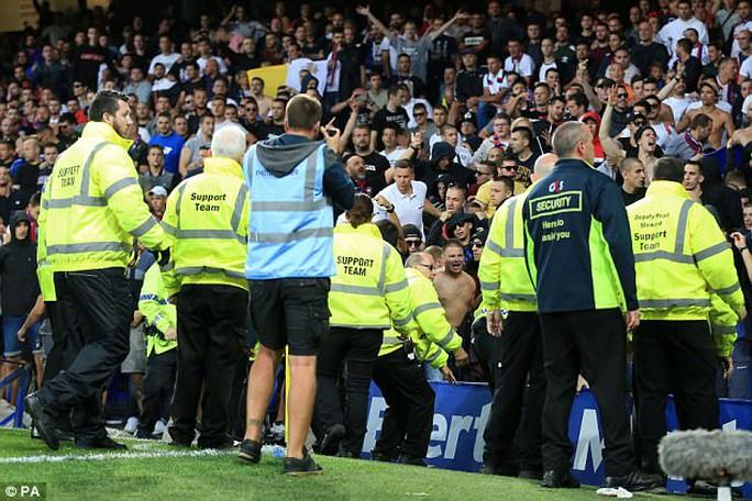 CĐV làm loạn trận Everton - Hajduk Split - Ảnh 2.