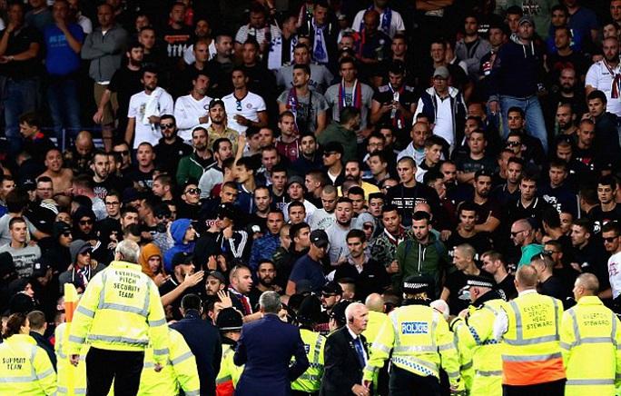 CĐV làm loạn trận Everton - Hajduk Split - Ảnh 1.